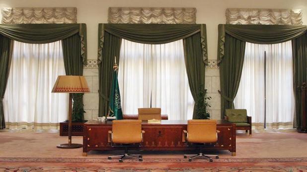 مكتب خادم الحرمين يستقطب زوار قصر الحكم (صور)