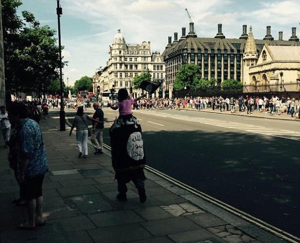 رفع علم داعش أمام البرلمان البريطاني