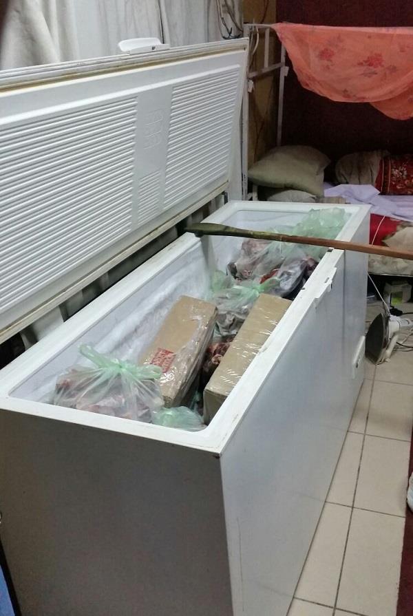 بالصور.. إغلاق مستودع مواد غذائية مخالف بمكة