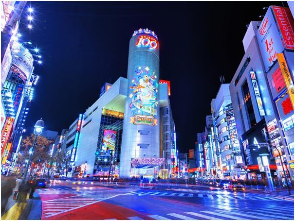 تطل مدينة طوكيو عاصمة اليابان على المحيط الهادىء من جانب وعلى بحر اليابان من الجانب الآخر، يوجد بها أماكن تسوق راقية ومطاعم عا