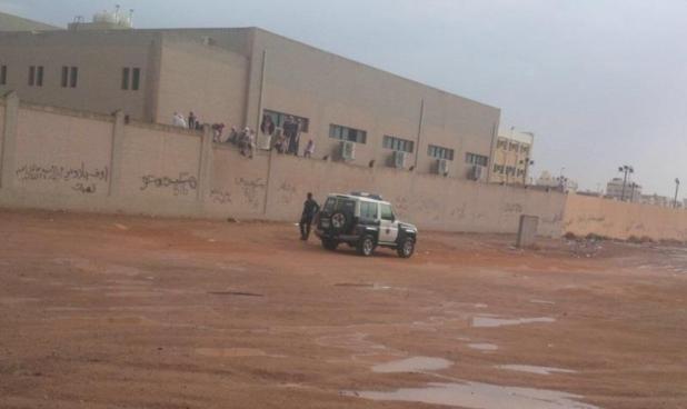 صورة طريفة لطلاب يحاولون الهرب من أعلى سور مدرسة بتبوك.. ولكن فاجأهم مالم يتوقعوه