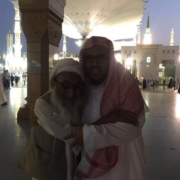 إمام المسجد النبوي يُقبل رأس مسن عمره 100 عام إعجابًا بصبره