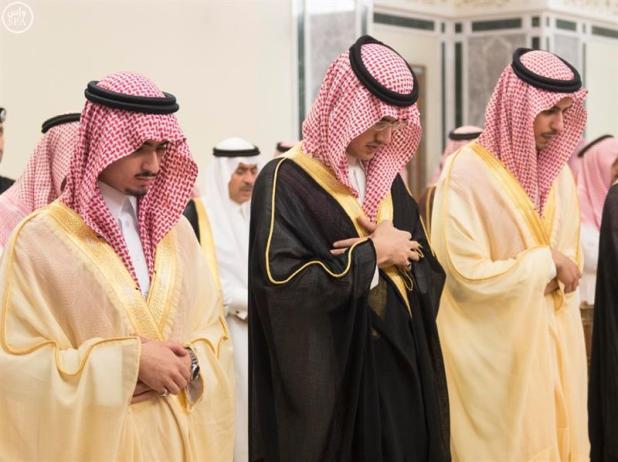 """خادم الحرمين يؤدي صلاة الميت على أمير """"الحدود الشمالية"""" بالحرم المكي"""