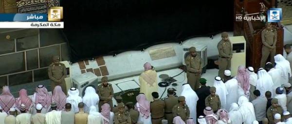 بالصور.. خادم الحرمين يؤدي صلاة عيد الفطر مع جموع المصلين في الحرم المكي