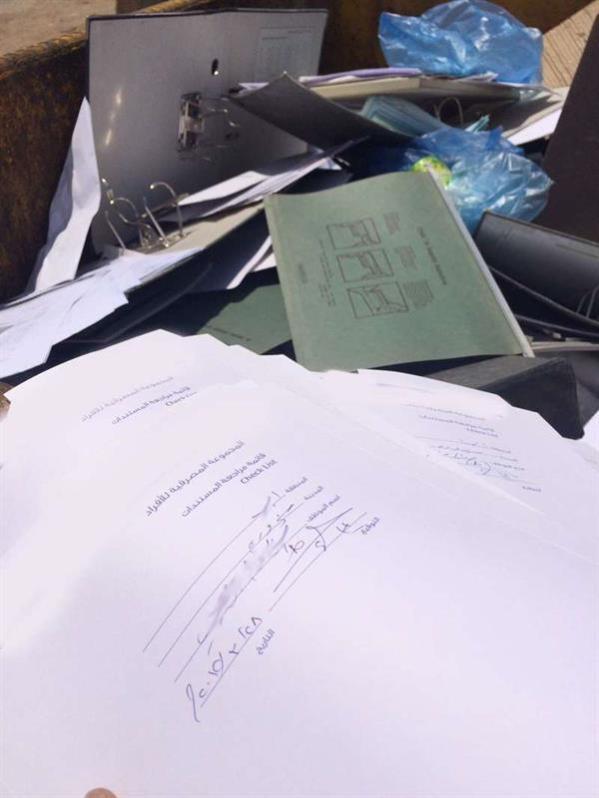 بالصور.. مواطن يعثر على أوراق ومستندات رسمية ملقاة داخل حاوية نفايات