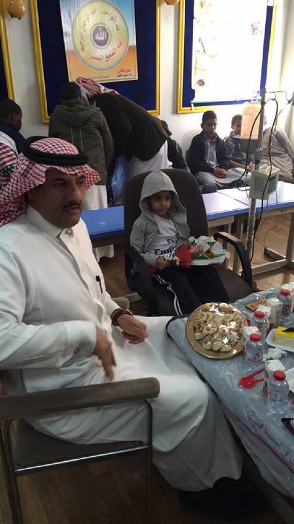 بالصور.. ابتدائية بخميس مشيط تفاجئ أحد طلابها باحتفال بهيج عقب عودته من رحلة علاجية