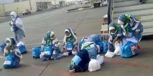 حجاج يسجدون على أرض مطار المدينة فرحاً وشكراً لله بوصولهم