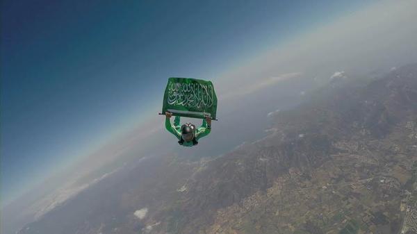 مظلي يقفز بالعلم السعودي احتفالاً باليوم الوطني