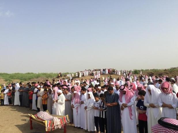 """بالصور.. تشييع جنازة الشهيد الرقيب """"أبو عزام"""" بعد الصلاة عليه بجازان"""