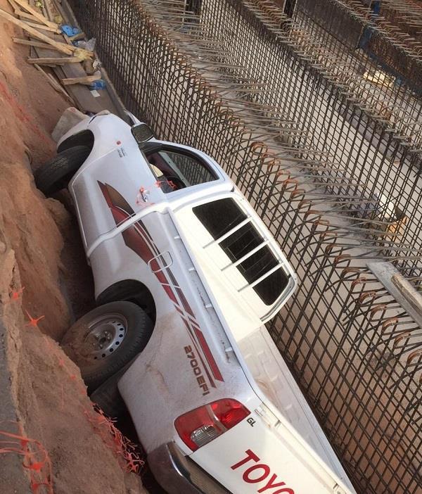 بالصور.. سيارة تسقط في حفرة تصريف السيول بحي أجا بحائل