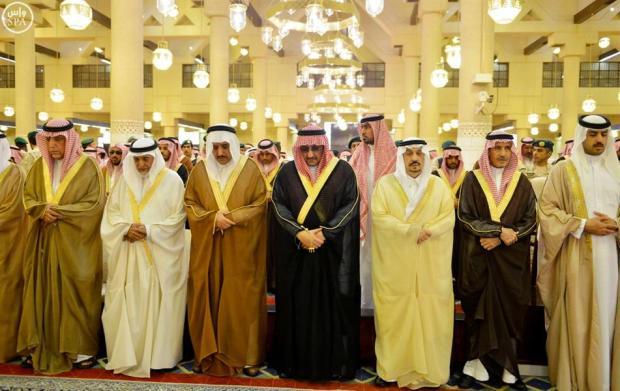 الأمير أحمد بن عبدالعزيز ونائب خادم الحرمين يؤديان الصلاة على الأميرة نوف