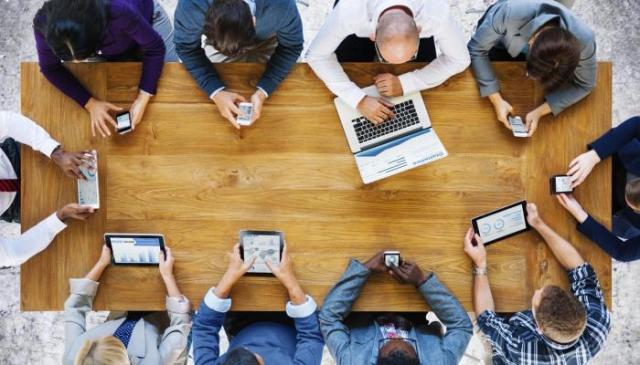 الاهتمام بالتواصل الاجتماعي تحول إلى هوس