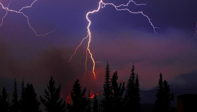 صواعق البرق ضمن أسباب حرائق الغابات