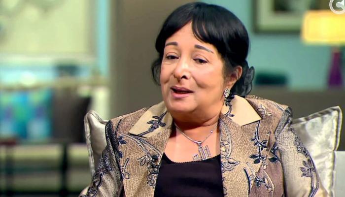 """بالفيديو.. سميرة عبدالعزيز تحرج مراسلا """"لا يعرف اسمها"""""""