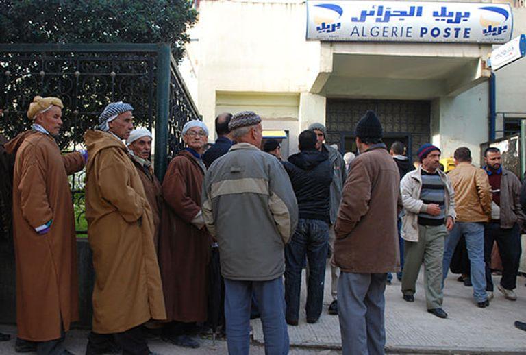 الجزائريون في طوابير طويلة أمام مراكز البريد بسبب ندرة السيولة