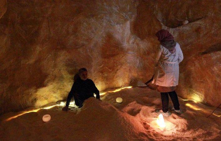 """جلسة علاج بالملح في مركز """"أوبال"""" بمدينة بنغازي الليبية"""