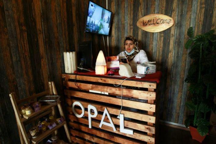 """موظفة استقبال في مركز """"أوبال"""" للعلاج بالملح في مدينة بنغازي الليبية"""