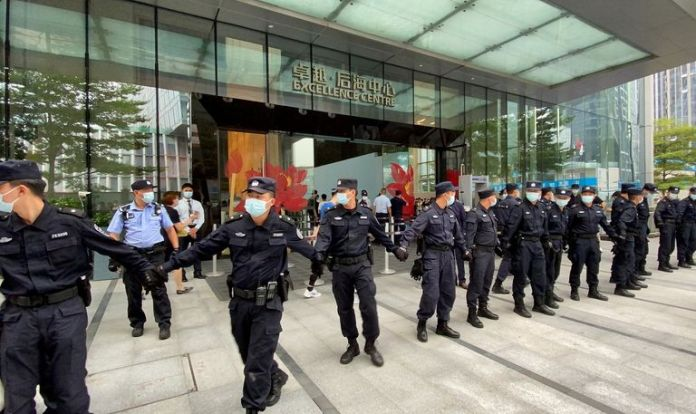 Securing the headquarters of the Chinese Evergrande Group against protests by customers and employees