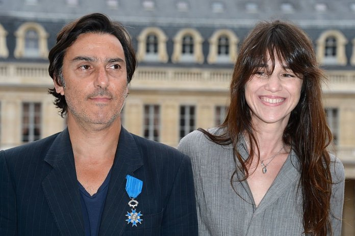 Yvan Attal  pose avec Charlotte Gainsbourg au Ministère de la Culture le 19 juin 2013 à Paris, France. | Photo : Getty Images