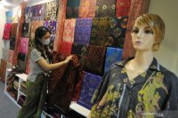 Penjualan tenun Endek Bali meningkat jelang SE Gubernur