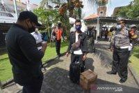 Tim Gabungan Kota Denpasar cek identitas pendatang di Pelabuhan Benoa (video)