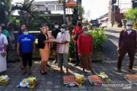 Dharma Wanita Gianyar bagikan sembako kepada warga kurang mampu dan isoman