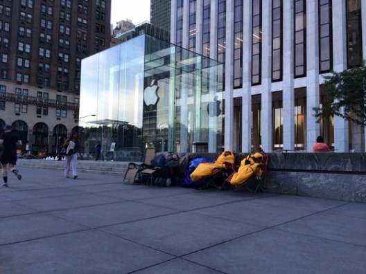 Queue-iPhone-6-Apple-Store-5e-Avenue-