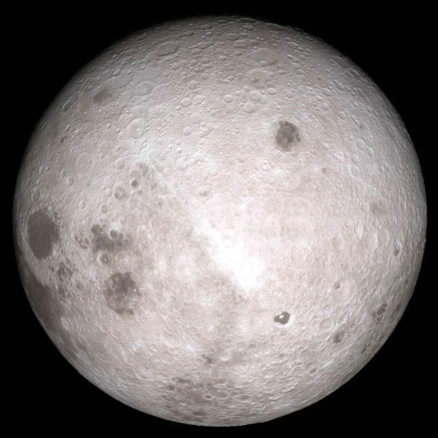 Il lato lontano della Luna. Nessuna astronave robotica ha mai effettuato un atterraggio morbido qui.