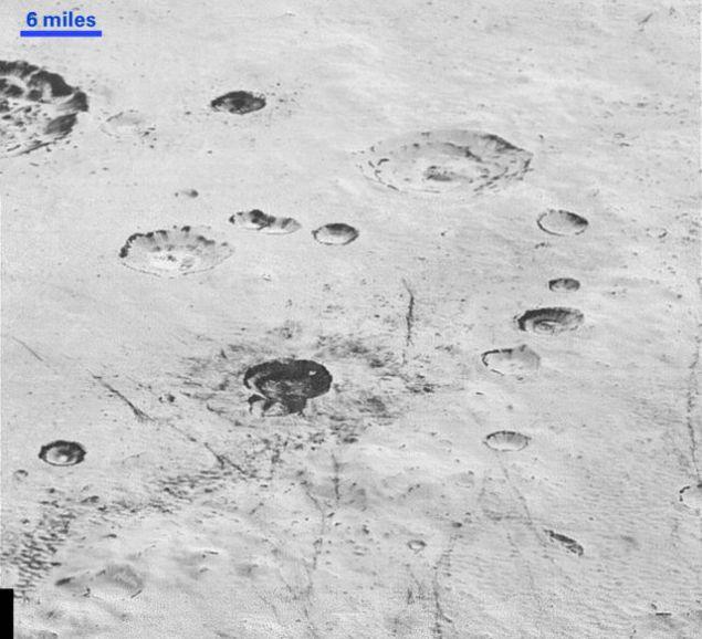 Крижані рівнини Плутона і шаровані кратери можуть бути ключем до розгадки його цікавої історії.