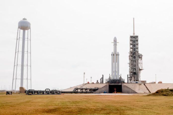 Ein Blick auf die Falcon Heavy-Rakete am Montag von einer Viertelmeile entfernt.