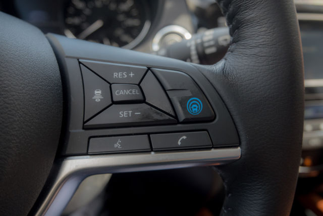 "The button to activate ProPilot Assist. It impressed us in the <a href=""https://arstechnica.com/cars/2017/12/the-all-new-2018-nissan-leaf-driven/"">Nissan Leaf</a> and it impressed us here in the Rogue. Sorry about the thumb print!"
