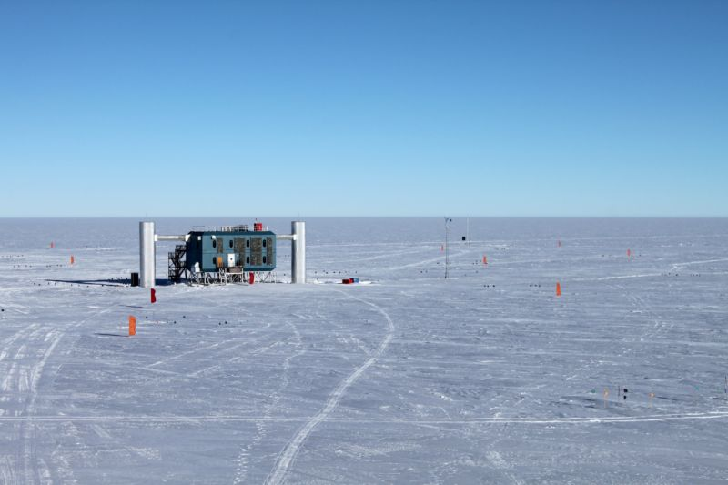 Picture of the IceCube control room on the ice in the antarctic.