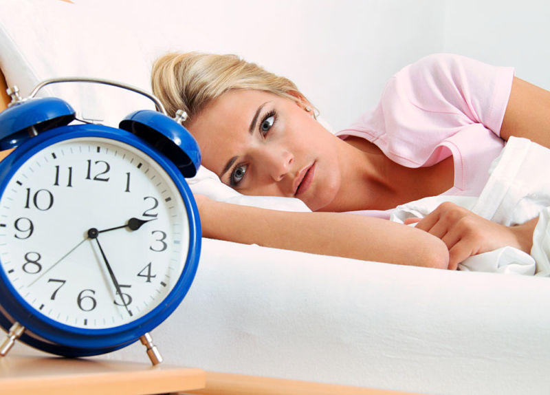 (GERMANY OUT) Schlaflosigkeit, Frau mit Wecker   (Photo by Wodicka/ullstein bild via Getty Images)