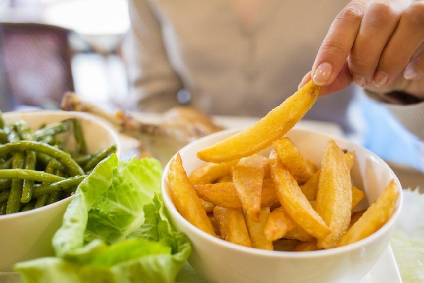 Una persona che mangia patatine fritte