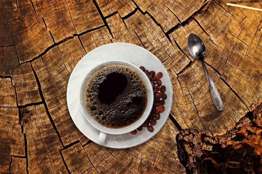 tazza di caffè con con chicchi di caffè a parte