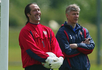 LONDON - MAY 15:  Arsenal manager Arsene Wenger (R) and goalkeeper David Seaman share a joke during traing on May 15, 2003 at Arsenals training ground in London. (Photo by Phil Cole/Getty Images)
