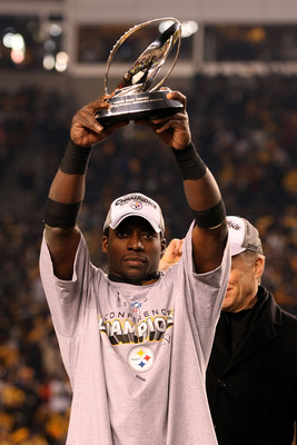 PITTSBURGH, PA - JANUARY 23:  Rashard Mendenhall #34 of the Pittsburgh Steelers holds up the Lamar Hunt trophy after the Steelers defeated the New York Jets 24 to 19 in the 2011 AFC Championship game at Heinz Field on January 23, 2011 in Pittsburgh, Penns