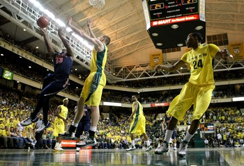 EUGENE, OR - MARCH 8:  Nic Wise #13 of the Arizona Wildcats lays up the ball agianst Maarty Leunen #10 of the Oregon Ducks at MacArthur Court March 8, 2008 in Eugene, Oregon.  (Photo by Jonathan Ferrey/Getty Images)