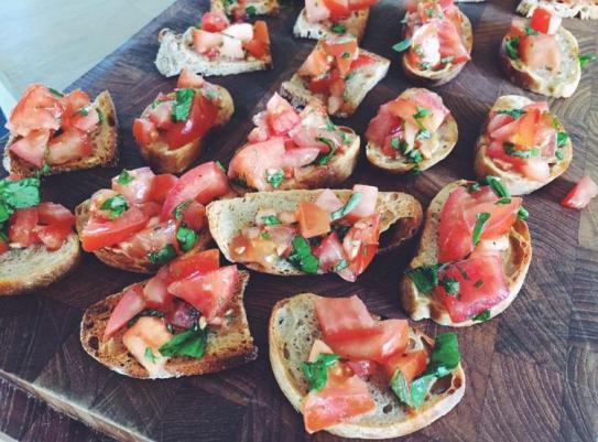 Bruschetta med gedeost, og nogle med tomat