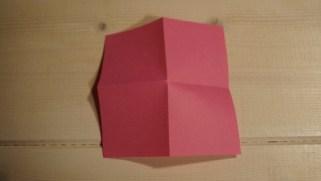 Fold papiret ud igen. Du skal nu vende siden der buler ud - op.