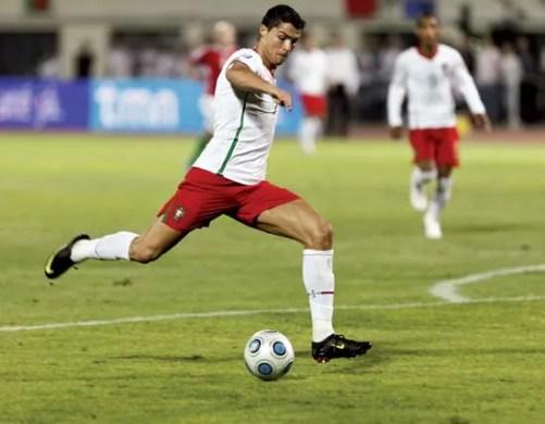 Le Portugais Cristiano Ronaldo se prépare à lancer le ballon lors d'un match de football de qualification à la Coupe du Monde 2010 contre la Hongrie, le 9 septembre 2009.