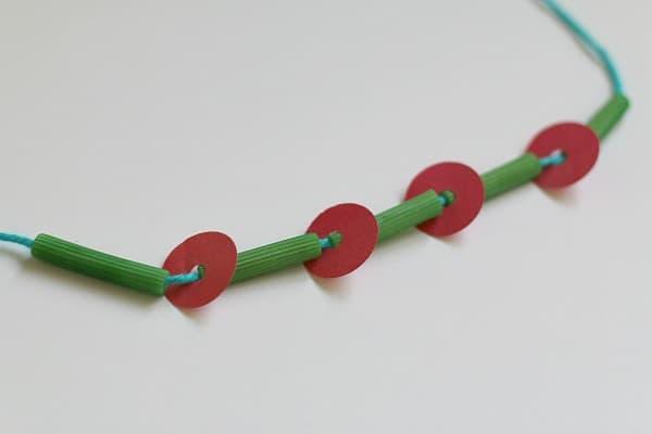 Creando el collar muy hambriento del collar de Caterpillar para los cabritos