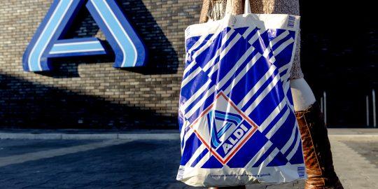 In de jaarlijkse supermarkttest van Kassa werd kwamen discounters Aldi en Lidl afgelopen week als relatief 'duur' naar voren