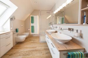 Ein neues Bad mit Dachschräge handwerklich perfekt ...