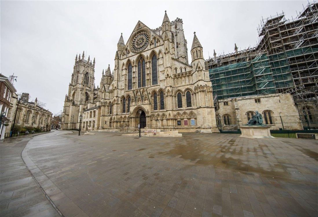 Sin cuarentena obligatoria, la Catedral de York, en Inglaterra, quedó cerrada a los turistas.