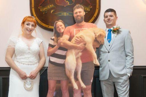 Romanee y Sam, recién casados con sus invitados de cartón.