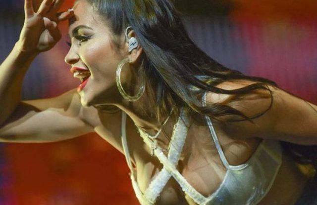 Natti Natasha muy hot: minifalda de cuero y remera con transparencias (sin corpiño)