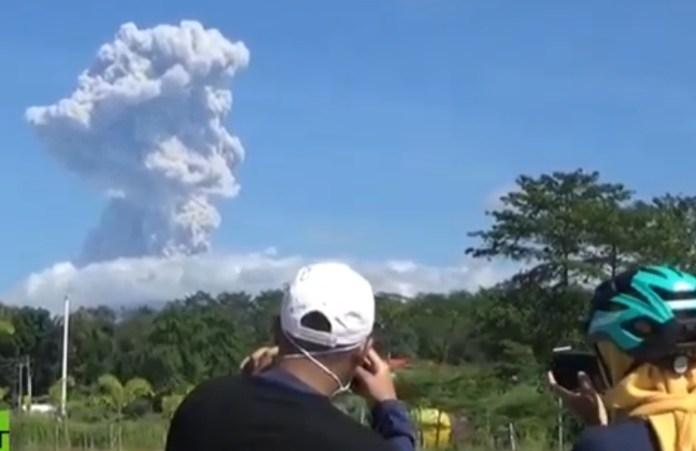 Video: un volcán de Indonesia entró en erupción y la impresionante columna de cenizas supera los 6 mil metros