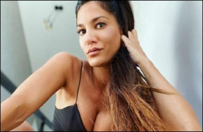 Con lencería de encaje y desde la cama, Silvina Escudero levantó la temperatura