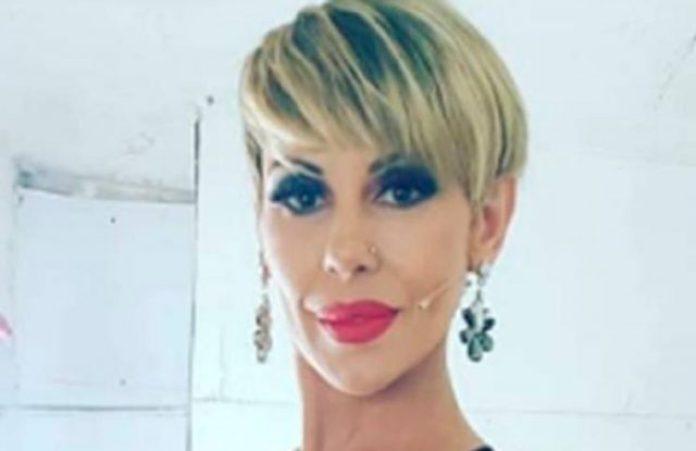 Desde el living y en corpiño deportivo, Mónica Farro mostró su (exigente) rutina de aductores